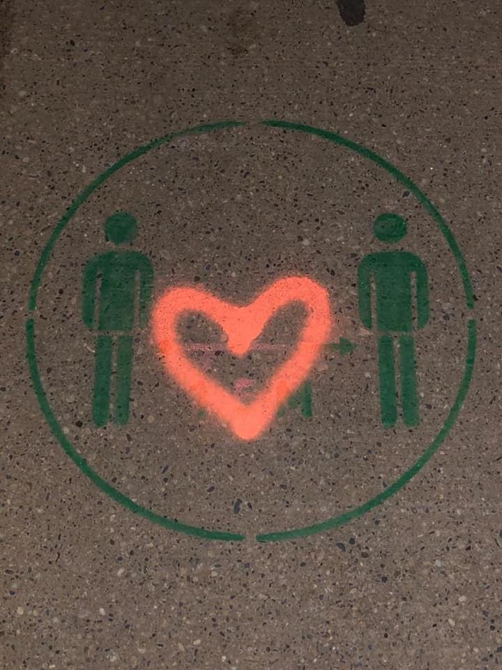 In de cel en een boete vanwege een stoepkrijtspray hartjes op een 1.5m logo