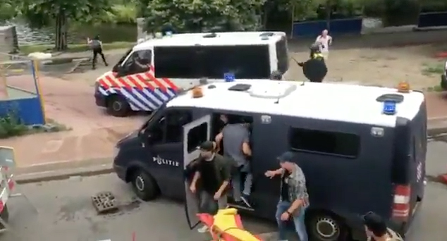 Hooligans of undercover politie?