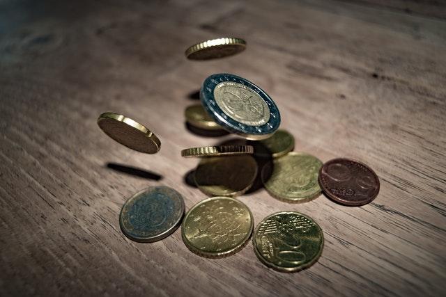 Het verbieden van contant geld begint