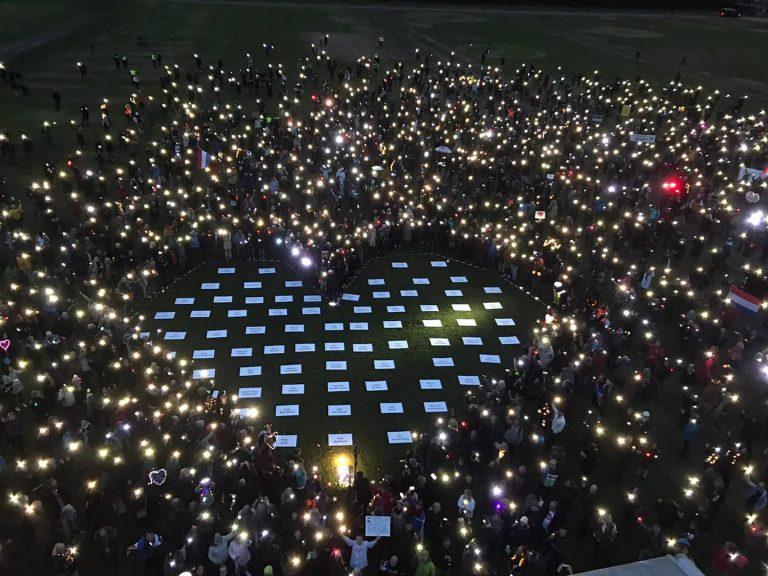 Minuut stilte bij demonstratie tegen draconische coronawet in Den Haag